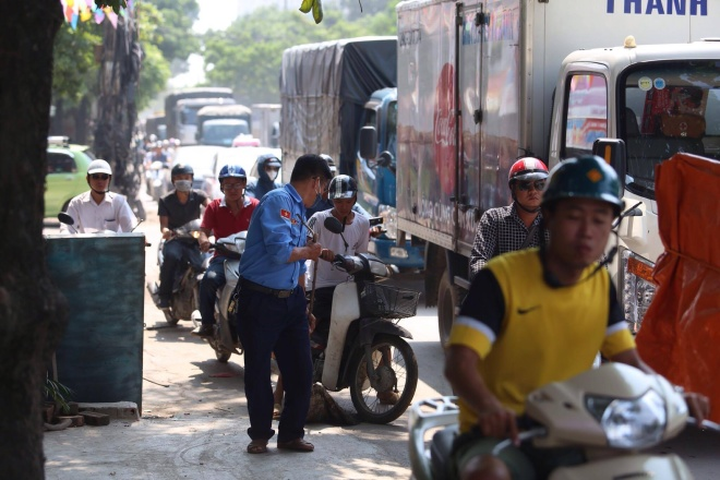 minor-accident-causes-severe-traffic-jam-in-hanoi-6