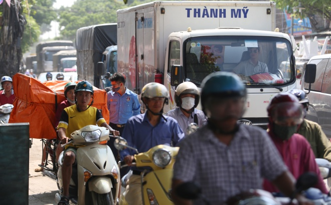 minor-accident-causes-severe-traffic-jam-in-hanoi-7