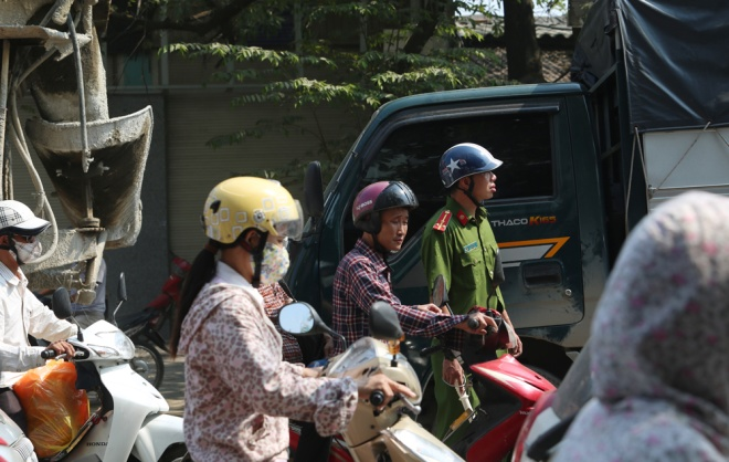 minor-accident-causes-severe-traffic-jam-in-hanoi-8
