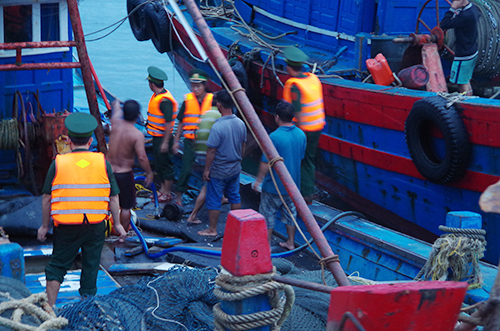 Guard force rescues stranded boat with 11 on board in Central Vietnam