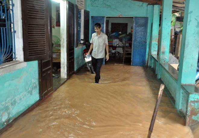 rain-cuts-rivers-through-central-vietnam