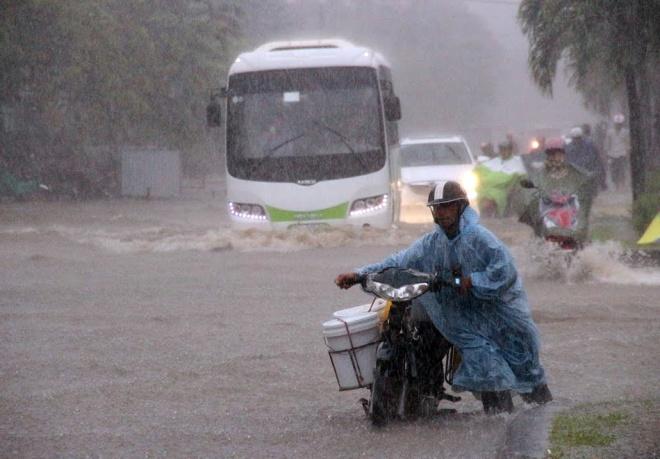 rain-cuts-rivers-through-central-vietnam-7