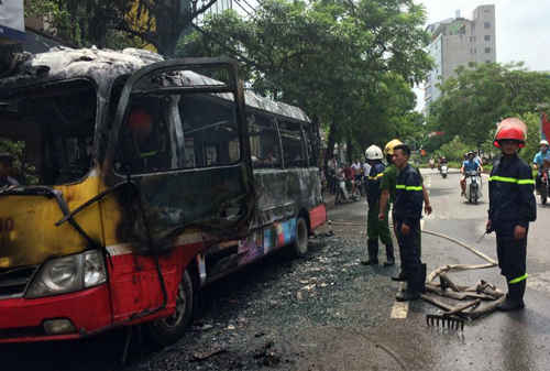 The bus after the fire. Photo by VnExpress/Son Duong