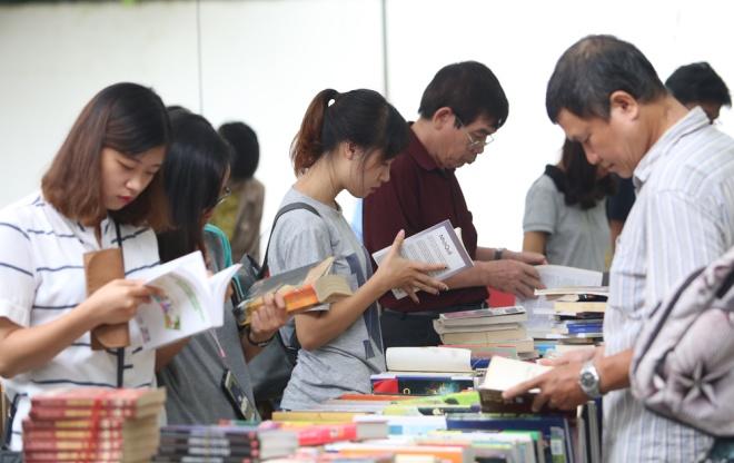 second-hand-book-fair-draws-scores-of-hanoians-2