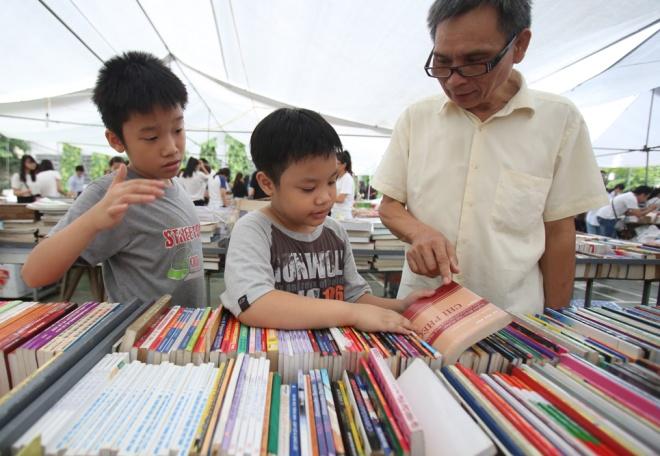second-hand-book-fair-draws-scores-of-hanoians-8