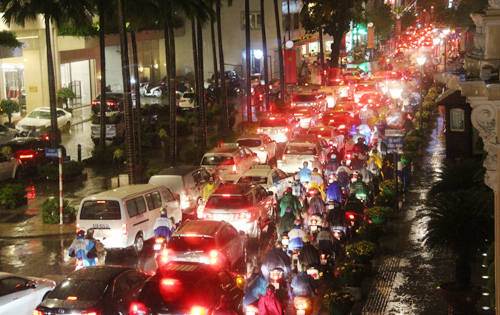 hcmc-streets-in-chaos-after-downpour-1