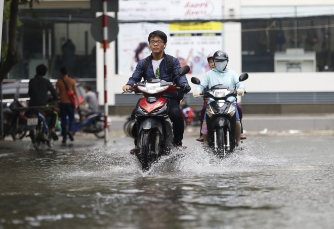 saigon-treads-water-after-massive-deluge-10