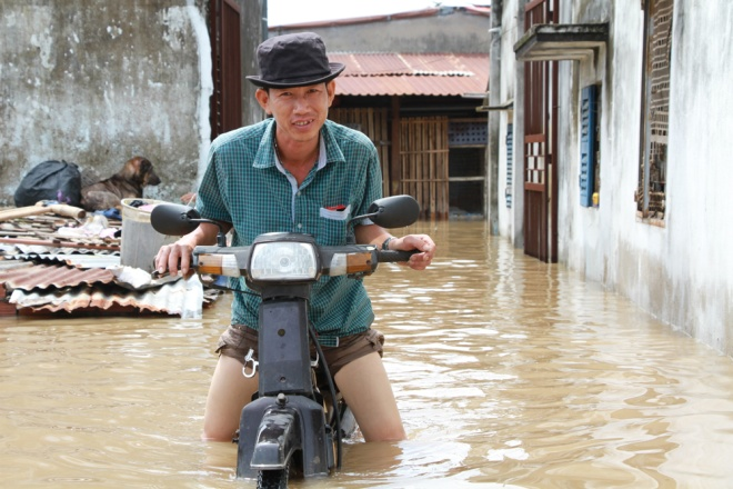 saigon-treads-water-after-massive-deluge-1