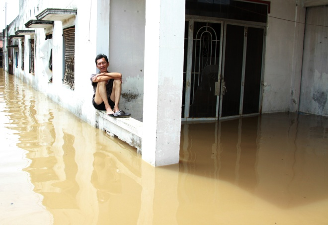 saigon-treads-water-after-massive-deluge-2