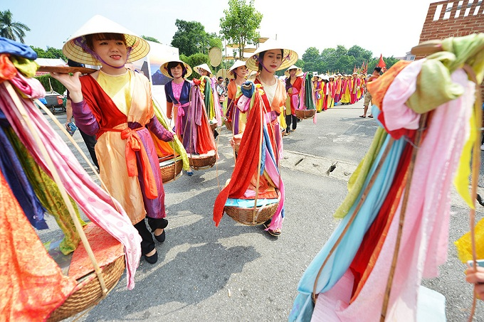 The most famous guilds of Hanoi took part in the ceremony: silk guild Van Phuc in Ha Dong, porcelain guild of Bat Trang in Gia Lam District, both Hanoi and woodwork guild La Xuyen of Nam Dinh Province.