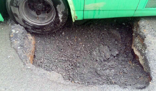 sinkhole-in-saigon-entraps-bus-hours-after-fix