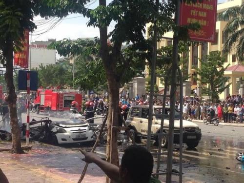 2-killed-in-taxi-blast-on-vietnam-street-1