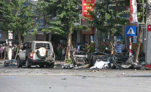 2-killed-in-taxi-blast-on-vietnam-street-2