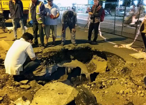 sinkhole-in-saigon-entraps-bus-hours-after-fix-1