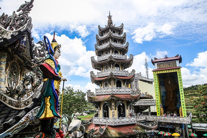 The seven-storey Linh Thap Tower, covered in pieces of porcelain too, is also part of the Linh Phuoc Pagoda complex. By the tower is an 18-meter statue of the Goddess of Mercy woven from 700,000 golden everlasting flowers.