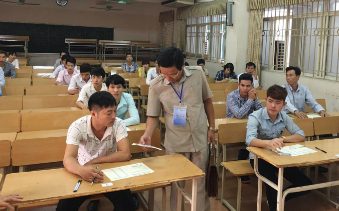 Nguyen Tien Tung, chief inspector from Vietnams Ministry of Labor, Invalids and Social affairs, is inspecting an exam room. Attendees will complete the test by answering 50 multiple choice questions. Each is given an answer sheet.