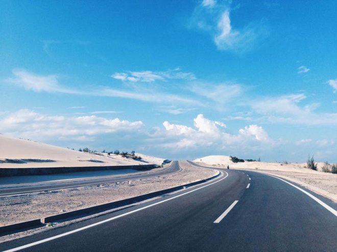in-central-vietnam-a-dreamlike-road-by-the-blue-ocean-and-white-sand-dunes
