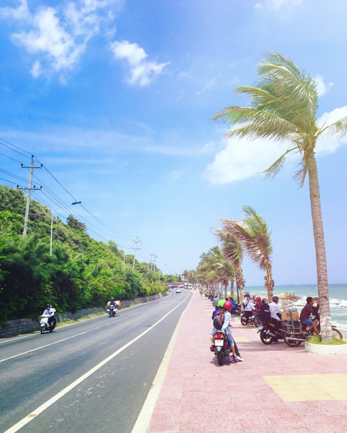 in-central-vietnam-a-dreamlike-road-by-the-blue-ocean-and-white-sand-dunes-4