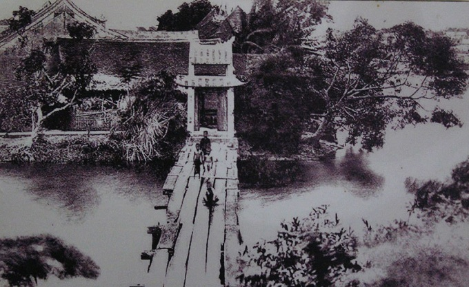 The Huc (the convergence of halo) Bridge, the 15-episode bridge that connects the lakeside with Ngoc Son Temple, in 1884 didnt boast a parapet as it does these days. Temple-goer overload once collapsed the bridge. Todays new one is reinforced by concrete.