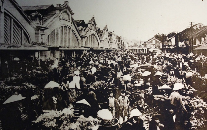 The trading scene in front of Dong Xuan Market in 1910. This is the biggest market in the Old Quarter area, with a history than can be traced back hundreds of years. At the end of nineteenth century, the French replanned the market, built it bigger with five arch gated and five long French-style houses.