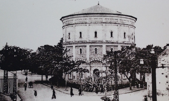 The reservoir near Hang Dau Garden in 1911 - the first watersupply center of hanoi is now totally defunct. Built in 1894 at the intersection of Hang Than, Hang Giang, Hang Luoc, Hang Dau, Quan Thanh and Phan Dinh Phung.