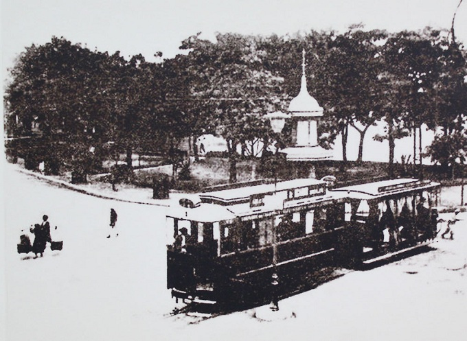Dong Kinh nghia thuc square by Hoan Kiem Lake was the crossroad of many tram routes. The name Dong Kinh nghia thuc derives from a school on the nearby Hang Dao Street, which established by the then patriotic intelligentsia of Vietnam. Dong Kinh was the name of Thang Long (Hanois previous name) under the Le so dynasty (1428-1527) while nghia thuc means teaching the chivalry.