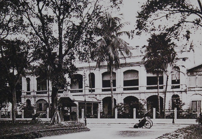 This building at 10 Le Lai Street was completed in 1887, with two gates, one facing Hoan Kiem Lake, the other Paul Bert Garden (now Ly Thai To Garden), and was acting as an administrative center which deals with taxes, traffic, residency. Its now Hanois Department for foreign affairs.