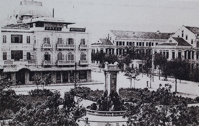 Frog Garden, (Dien Hong Garden in 1905), opposite Governments guest house (then Tonkin Palace). In 1901, the French erected a reservoir with stone podium at 3.5 meter high, decorated with surrounding bronze frogs spilling water, thus the name. In 1954, the gardens name was changed to Dien Hong.