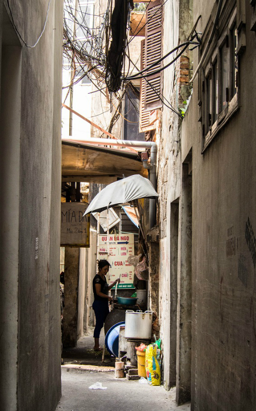 Narrow alleyway to the ultimate banh duc nong getaway