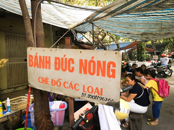 Banh duc nong: call for takeaway!