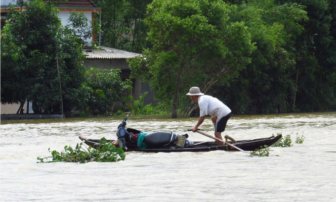 Death toll rises to 21 as floods engulf central Vietnam