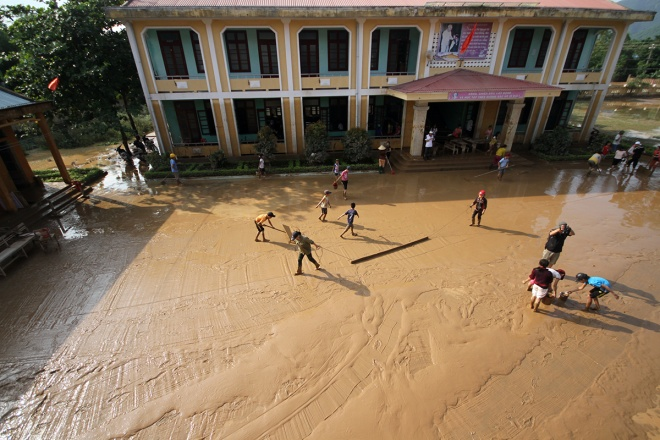 flooded-schools-in-central-vietnam-rush-to-get-back-to-normal
