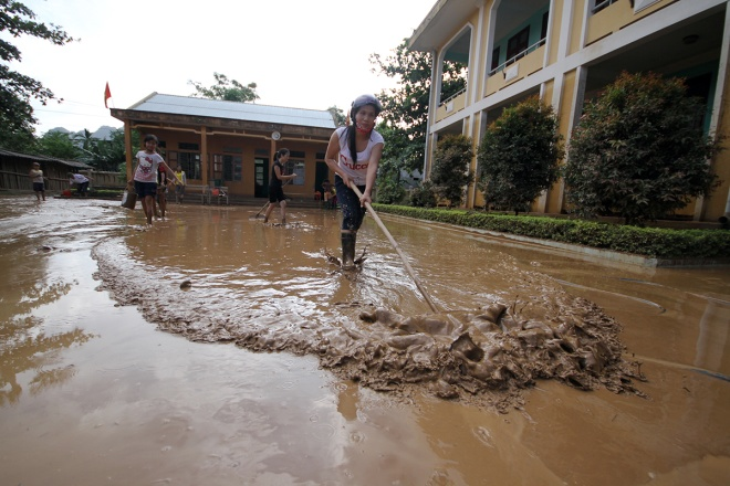 flooded-schools-in-central-vietnam-rush-to-get-back-to-normal-1