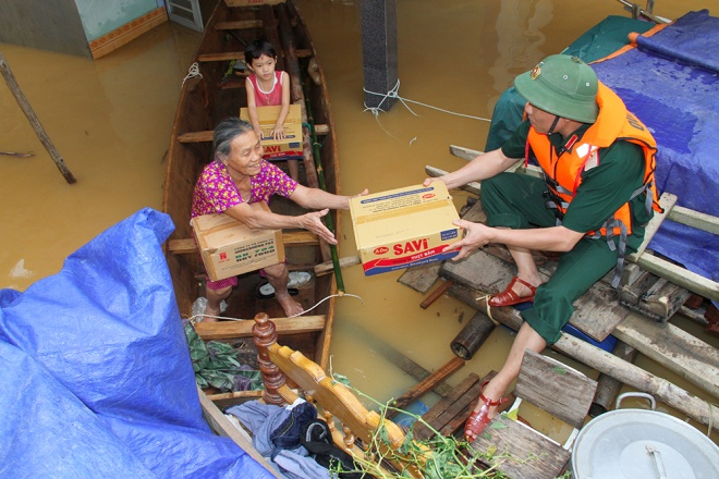 stranded-flood-victims-in-ha-tinh-on-verge-of-running-out-food-4