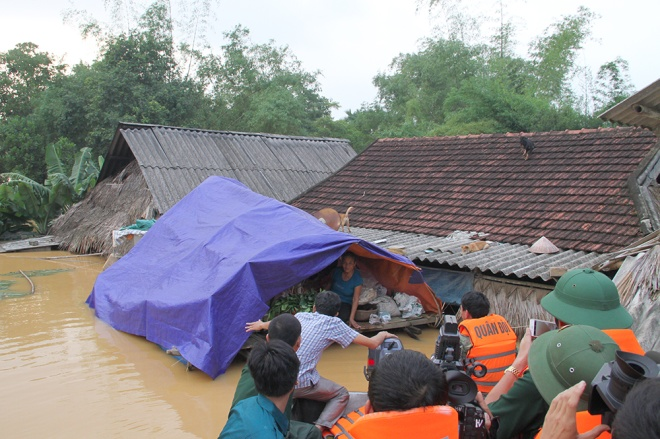 stranded-flood-victims-in-ha-tinh-on-verge-of-running-out-food-5