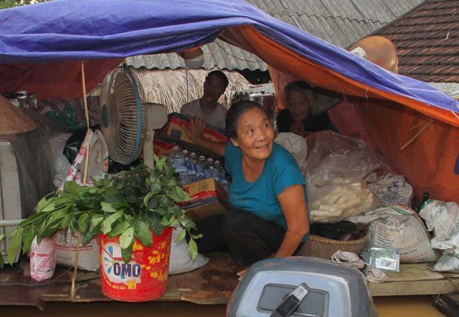 stranded-flood-victims-in-ha-tinh-on-verge-of-running-out-food-6