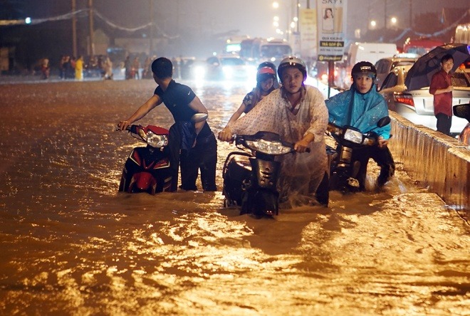 boy-washed-into-sewer-as-heavy-rain-triggers-flash-floods-in-southern-vietnam-3