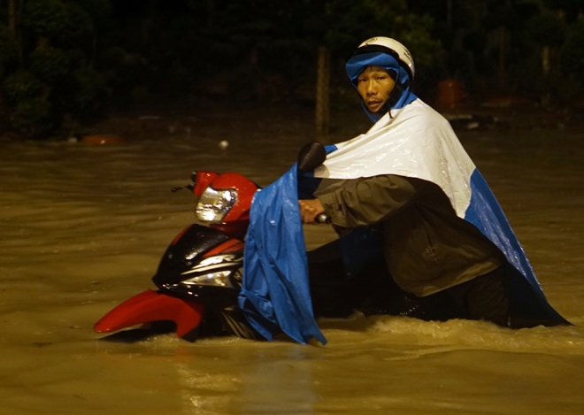 boy-washed-into-sewer-as-heavy-rain-triggers-flash-floods-in-southern-vietnam-4