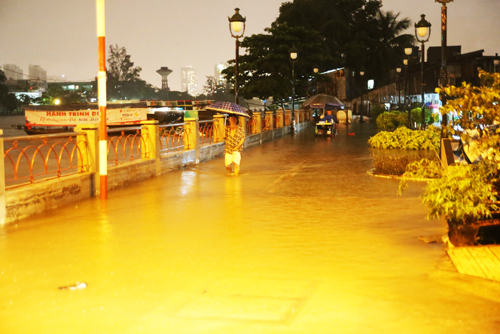 saigon-keeps-calm-and-carries-on-amid-floods-and-high-tides