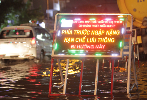saigon-keeps-calm-and-carries-on-amid-floods-and-high-tides-9
