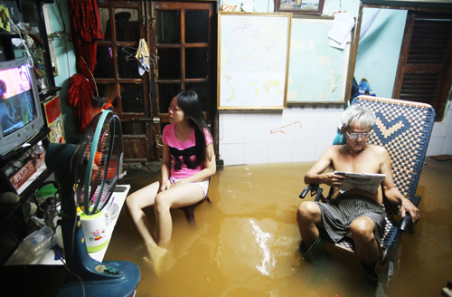 saigon-keeps-calm-and-carries-on-amid-floods-and-high-tides-1