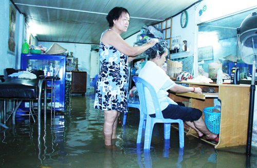 saigon-keeps-calm-and-carries-on-amid-floods-and-high-tides-2