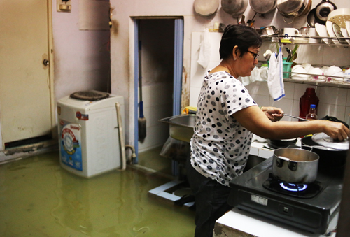 saigon-keeps-calm-and-carries-on-amid-floods-and-high-tides-4
