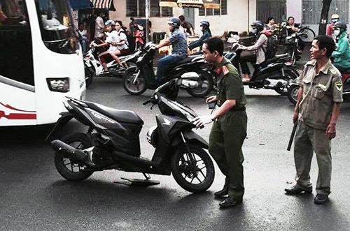 Driver almost has arm cut off in machete attack on Saigon street
