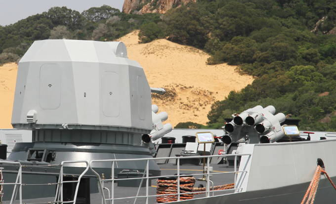 Destroyer 531 is 135 m long and 16 m wide. It has displacement of 4,000 tons with maximum speed of 27 nautical miles per hour. The ship has a modern radar system, enabling it to detect targets and send warning messages to its command center.