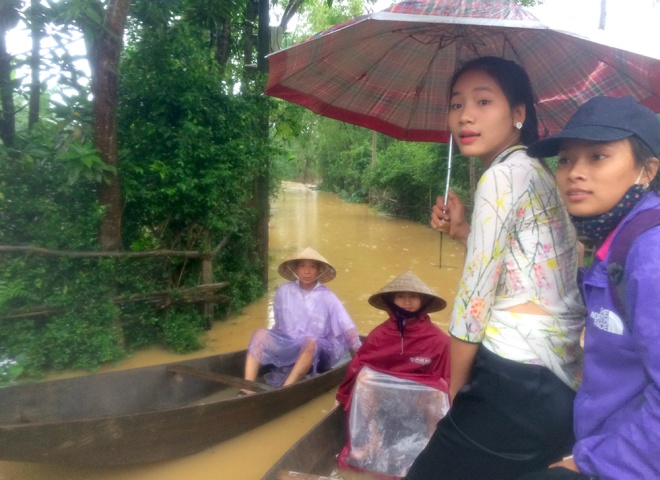 vietnamese-race-against-the-clock-to-save-what-they-can-from-flood-9