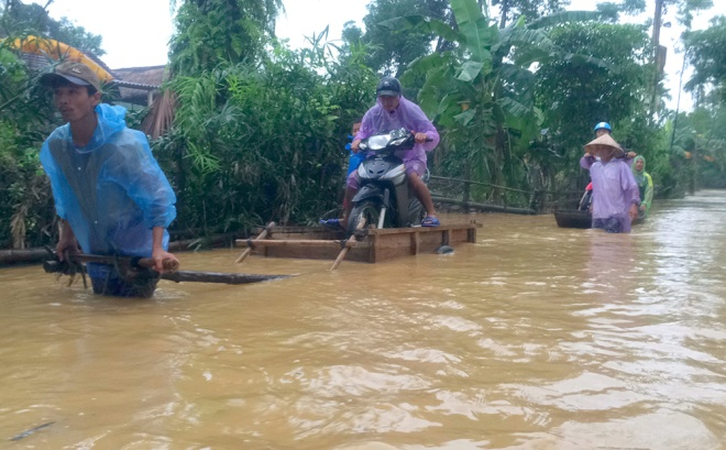 vietnamese-race-against-the-clock-to-save-what-they-can-from-flood-1