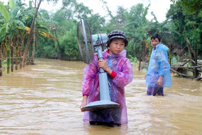 vietnamese-race-against-the-clock-to-save-what-they-can-from-flood-3