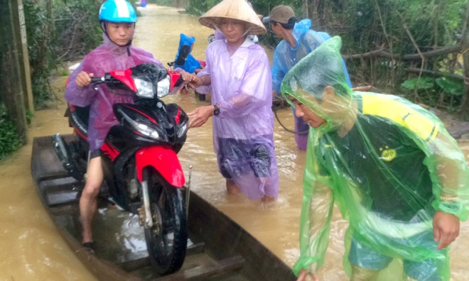 vietnamese-race-against-the-clock-to-save-what-they-can-from-flood-4