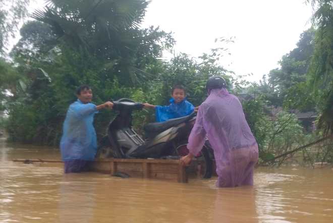 vietnamese-race-against-the-clock-to-save-what-they-can-from-flood-5